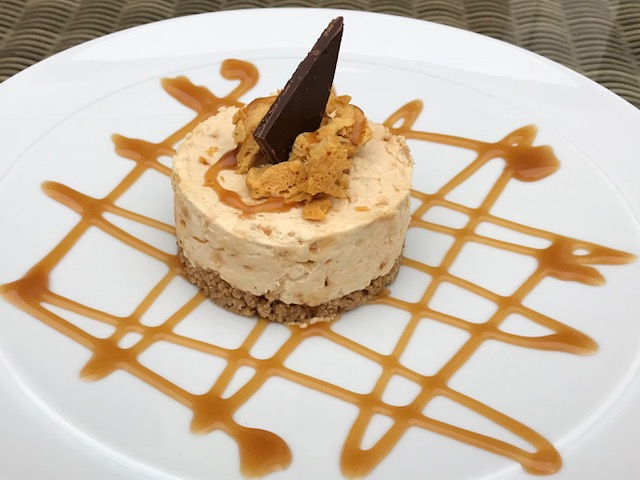 Honeycomb cheesecake with toffee sauce